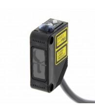 Fotoelektromos érzékelő, prizmás, érzékelési távolság 15m, PNP-kimenet, 2m beöntött kábellel